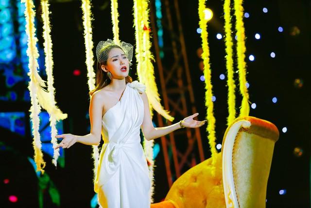 Cách đây không lâu, Minh Hằng bị dân mạng tìm ra những bằng chứng cho rằng cô vừa phẫu thuật thẩm mỹ ở cằm, khiến cho phần này trở nên méo nó, khác thường. Bên cạnh đó, giọng hát của Minh Hằng cũng bị chỉ trích là không tốt khi những lần hát live của cô nàng đều bị khán giả chỉ trích thậm tệ.