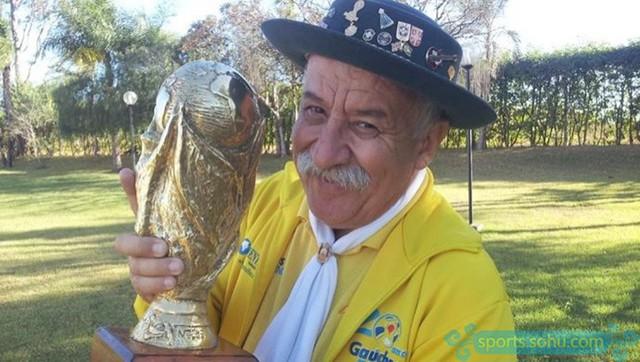 Nhiều người vẫn không thể quên được hình ảnh người đàn ông luôn tươi cười lạc quan mang cúp đi cổ vũ cho đội tuyển quốc gia của mình.
