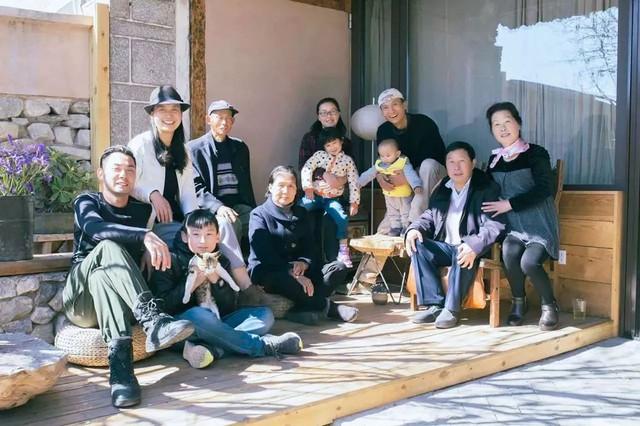 Đại gia đình hạnh phúc bên nhau gồm cha mẹ, gia đình anh và gia đình chị gái.
