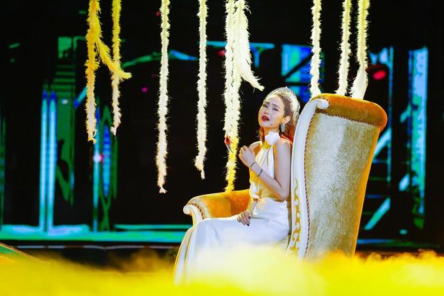Mặc những tin đồn, Minh Hằng vẫn xinh đẹp, rạng ngời xuất hiện trước công chúng. Nữ ca sĩ mang lại những phút thăng hoa trên sân khấu khi thể hiện hai ca khúc đầy tình cảm và khiến không ít fan hâm mộ mê mẩn trước vẻ đẹp mong manh nhưng không dễ vỡ.