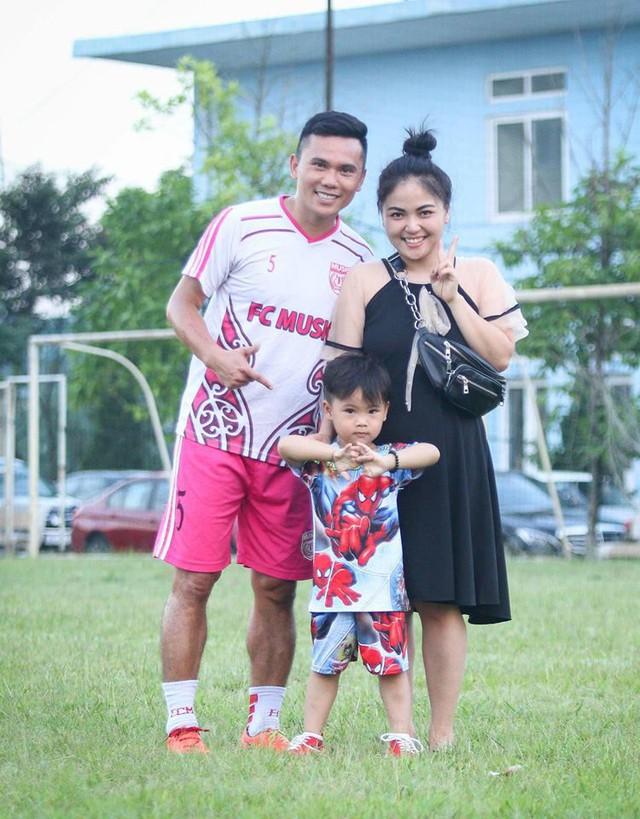 Tú Dưa chụp ảnh cùng bà xã và con trai