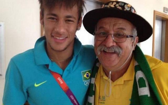 Ông Clovis chụp ảnh cùng cầu thủ Neymar.