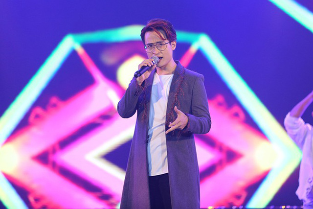 Hà Anh Tuấn mang bản cover Chiếc khăn gió ấm đến tặng các khán giả trẻ. Sau liveshow cách đây không lâu, anh tạo dấu ấn mới cho các hit của ca sĩ khác.