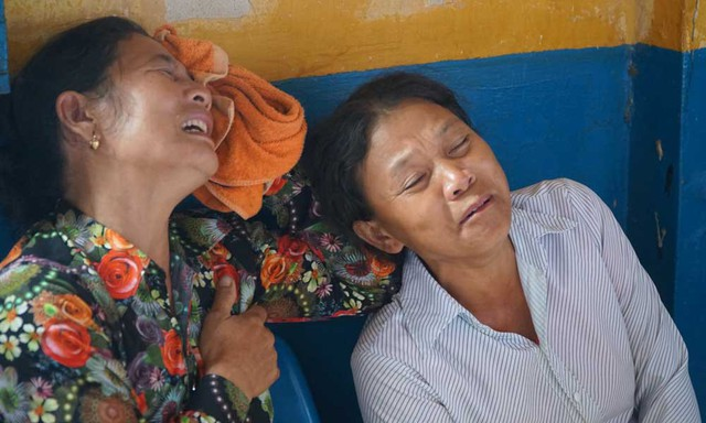 Người nhà các nạn nhân khóc ngất khi nhìn thấy hung thủ. Ảnh: Văn Châu