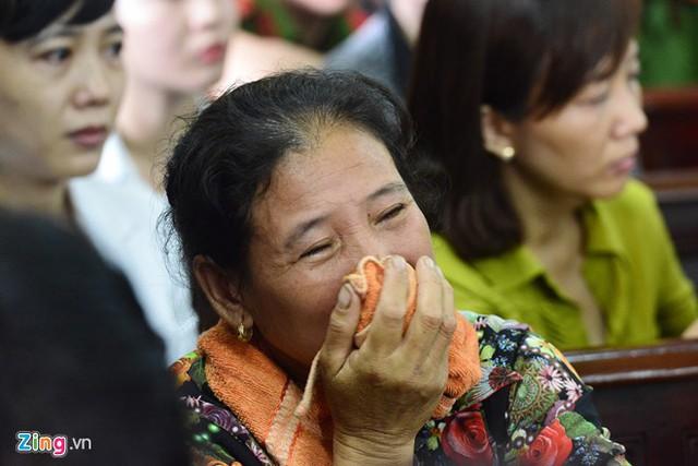 Chị cả của ông Chinh khóc nghẹn khi VKS đọc cáo trạng về hành vi của Tình. Ảnh: Lê Quân.