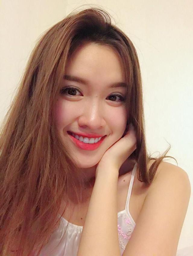 Tuy chỉ cao 1m65 song người đẹp gốc Nha Trang sở hữu số đo 3 vòng vừa vặn 75-61-86,5. Những con số này dù khiêm tốn nhưng tổng thể cân đối, nóng bỏng của MC 22 tuổi này.