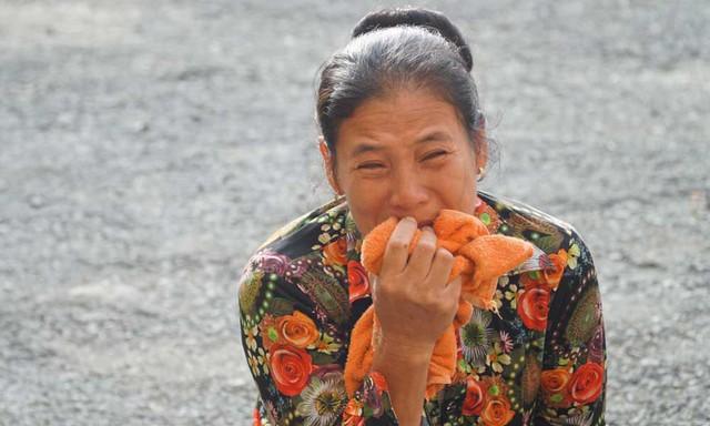 Chị gái anh Chinh khóc nức nở khi đến dự phiên tòa sáng nay. Ảnh: Văn Châu