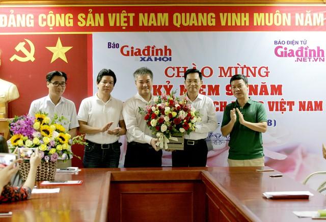 Ông Trần Tuấn Linh (ở giữa) khẳng định sẽ cùng với toàn thể tòa soạn đoàn kết, không ngừng phấn đấu để phát triển tờ báo, làm tốt hơn nữa nhiệm vụ chính trị và đáp ứng nhu cầu tiếp cận thông tin của độc giả.