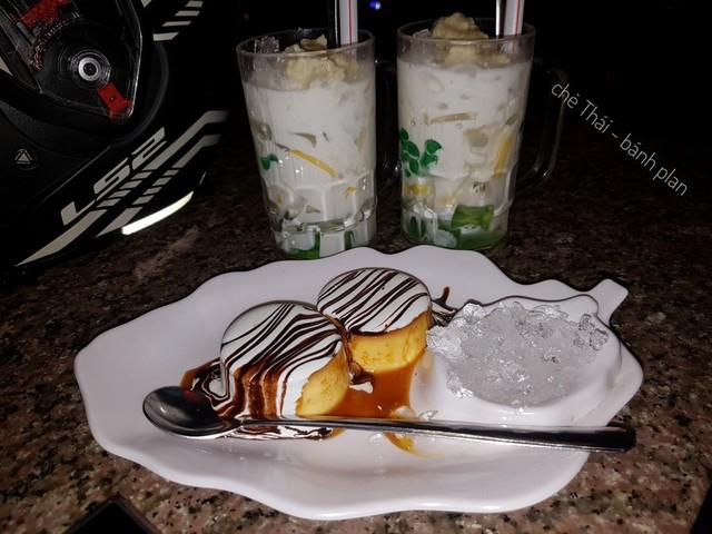 Chè thái Bà Triệu: Một quán ăn ngon ở Đà Lạt với không gian trang trí rất dễ thương là chè thái Bà Triệu. Cùng nhóm bạn hàn huyên tâm sự trong không gian xinh đẹp của quán, bạn cũng thưởng thức ly chè thơm ngon với nhân chè đầy ụ, béo ngậy. Ngoài chè thái, quán còn có kem bơ, chè flan, bánh flan vừa béo béo, ngon ngọt vừa có hình thức đẹp mắt. Ảnh: @tranthithunhi, Tony Lê.