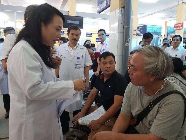 Lắng nghe những ý kiến phản ảnh của bệnh nhân Hoàng Văn Ngọc.