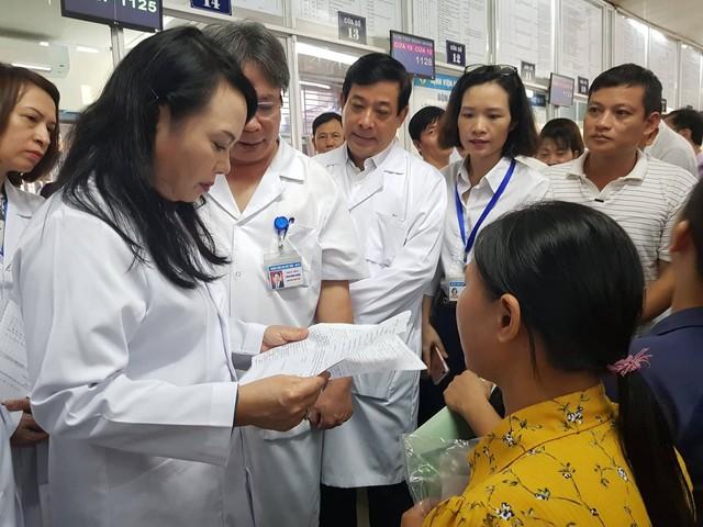 Bộ trưởng cũng chỉ ra những bất hợp lý trong thiết kế hoá đơn thanh toán (liên giao bệnh nhân) của BV Việt Đức.