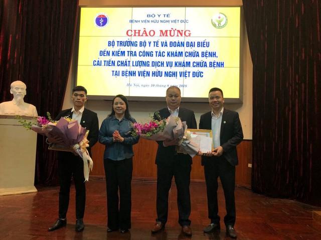 Bộ trưởng Bộ Y tế trao bằng khen cho tập thể khoa Nội hồi sức thần kinh và cá nhân điều dưỡng viên Nguyễn Đức Hiếu