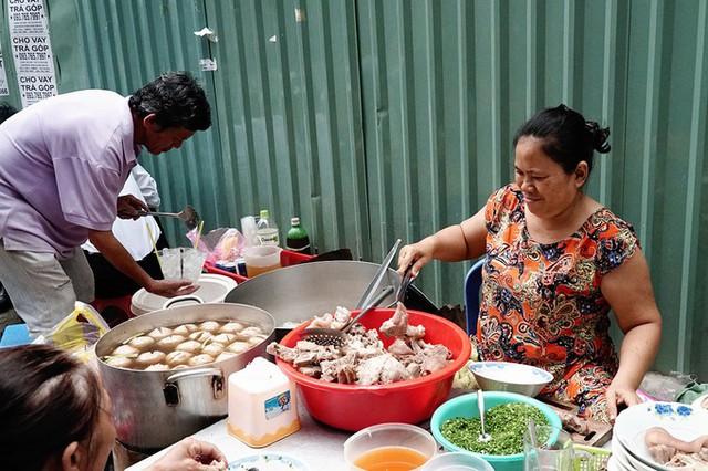 Quán ăn nằm ở cuối đường Nguyễn Văn Nguyễn, quận 1, đã mở được 30 năm. Ngày trước, mẹ tôi cũng bán ở vỉa hè giống như bây giờ. Do chưa có điều kiện cũng như muốn giữ lại không gian như trước mà tôi vẫn tiếp tục duy trì quán như hiện tại, cô Hạnh, chủ hàng, nói.