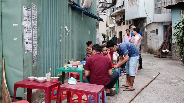 Quán cô Hạnh đã tồn tại suốt 30 năm qua dù không mấy nổi tiếng trong số các địa chỉ ẩm thực lâu năm ở Sài Gòn. Không gian của quán nằm gọn ở một bên con hẻm. Khách đến đỗ xe ở bãi gần đó rồi vào ngồi ăn trên bàn ghế nhựa. Quán mở cửa từ khoảng 15h, bán khoảng 3 tiếng là nghỉ.