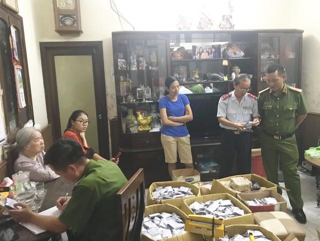 Đoàn Thanh tra liên ngành kiểm tra tại cơ sở thuốc Bà Đại và các vật chứng. (Ảnh: Công an cung cấp)