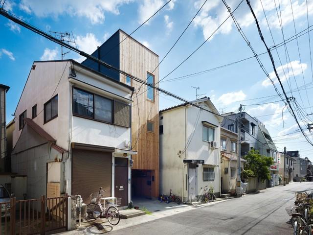 Ngôi nhà lọt thởm giữa các nhà hàng xóm xây từ trước.