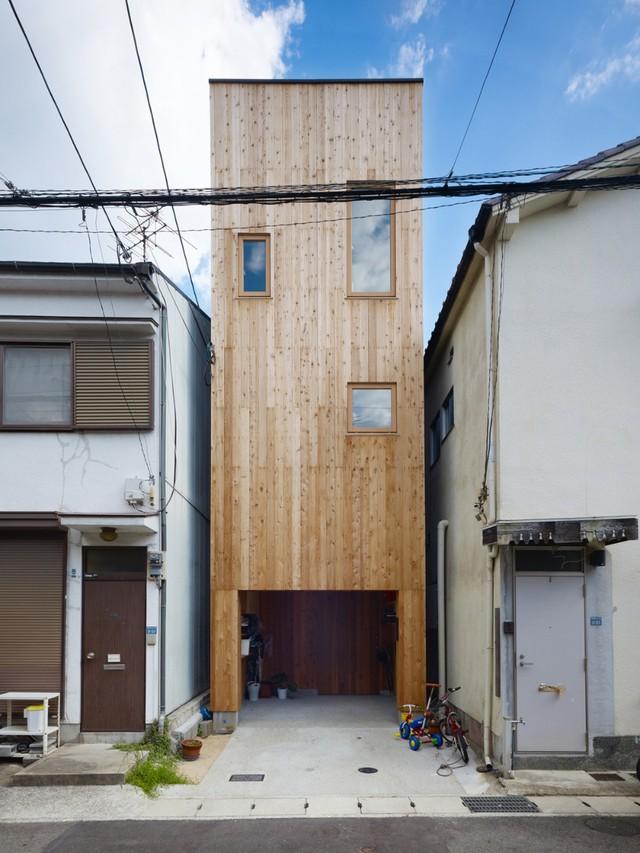 Mặt nhà nhỏ nổi bật với mặt tiền gỗ sáng màu.