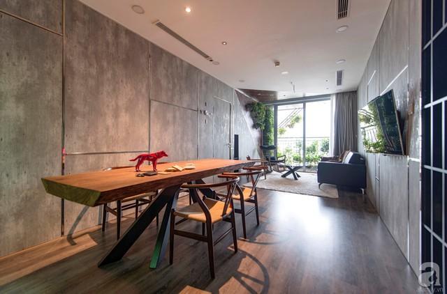 Bàn ăn vô cùng đặc biệt với thân gỗ được xẻ dọc kết hợp những chiếc ghế ăn có đường nét hiện đại, tinh tế.
