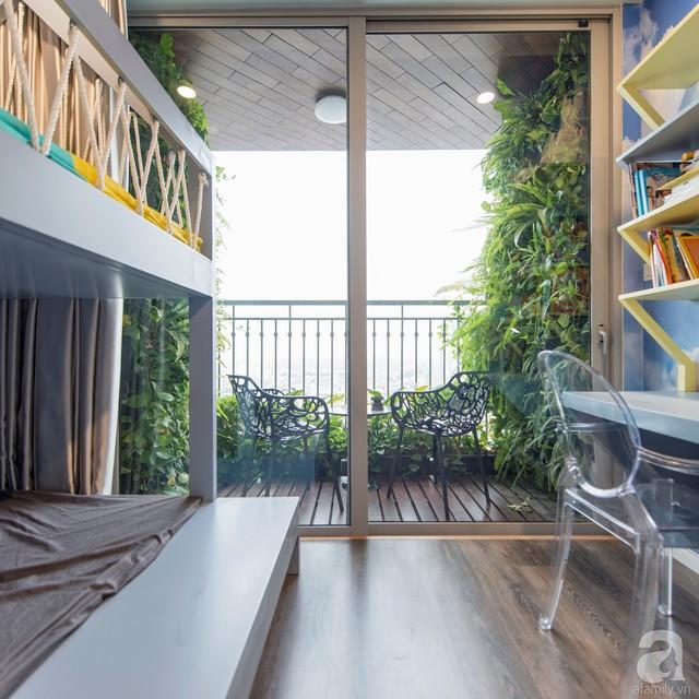 Phòng ngủ của hai con trai cũng được bố trí ưu tiên ở nơi có nhiều ánh sáng tự nhiên và cây xanh ngập tràn.