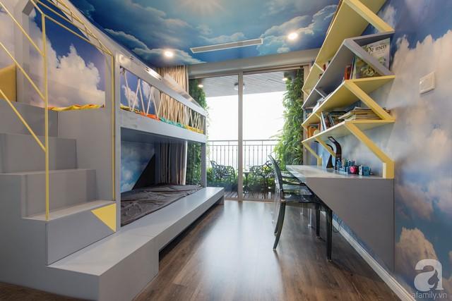 Căn phòng được mở rộng nhờ việc sơn tường với những đám mây, bầu trời xanh thẳm.