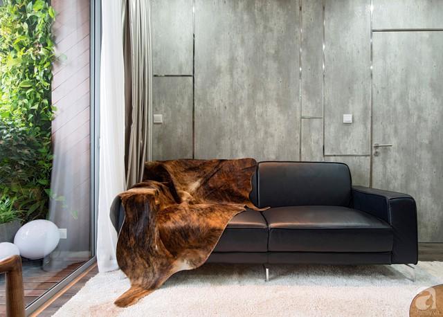 Không gian phòng khách được thiết kế đơn giản với những nội thất và màu sắc cơ bản. Điểm nhấn trên tường chính là mấu chốt để tạo nên vẻ đẹp vô cùng độc đáo.