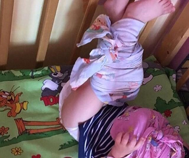 Một trong số các em bé bị trói chân để không thể cử động ở trường mầm non tư thục Polinka. Ảnh: NTV.