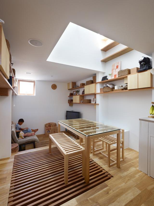 Khoảng giếng trời là trung tâm của ngôi nhà, giúp cung cấp ánh sáng cho mọi không gian.