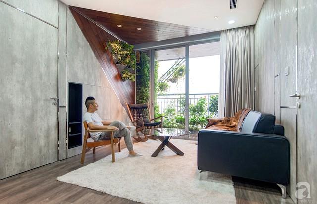 Mọi người có thể ngồi trò chuyện ở phòng khách để ngắm nhìn trọn vẹn vẻ đẹp mơ màng, thơ mộng xanh tươi của cây cối khu vực ban công.