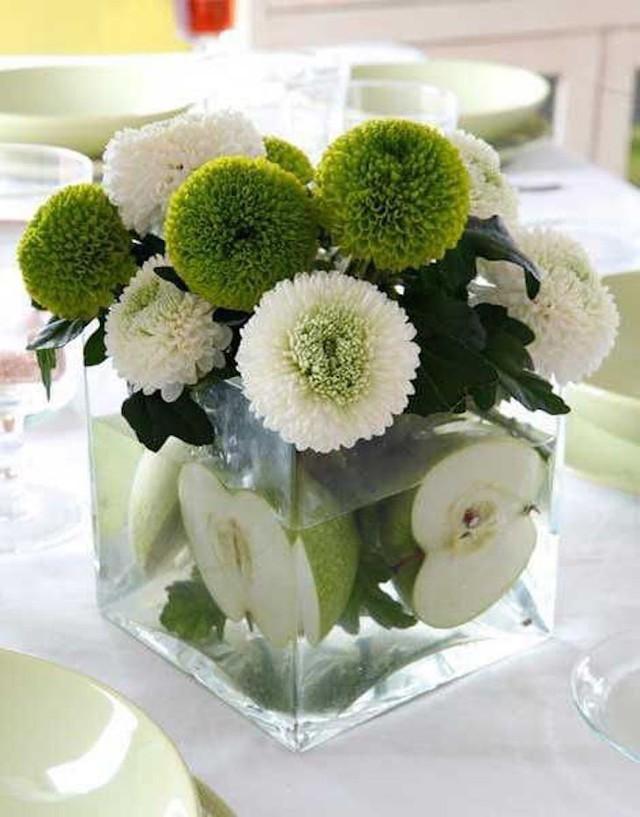 Táo xanh là sự lựa chọn hoàn hảo cho loại hoa được cắm trong chiếc bình trong suốt này.