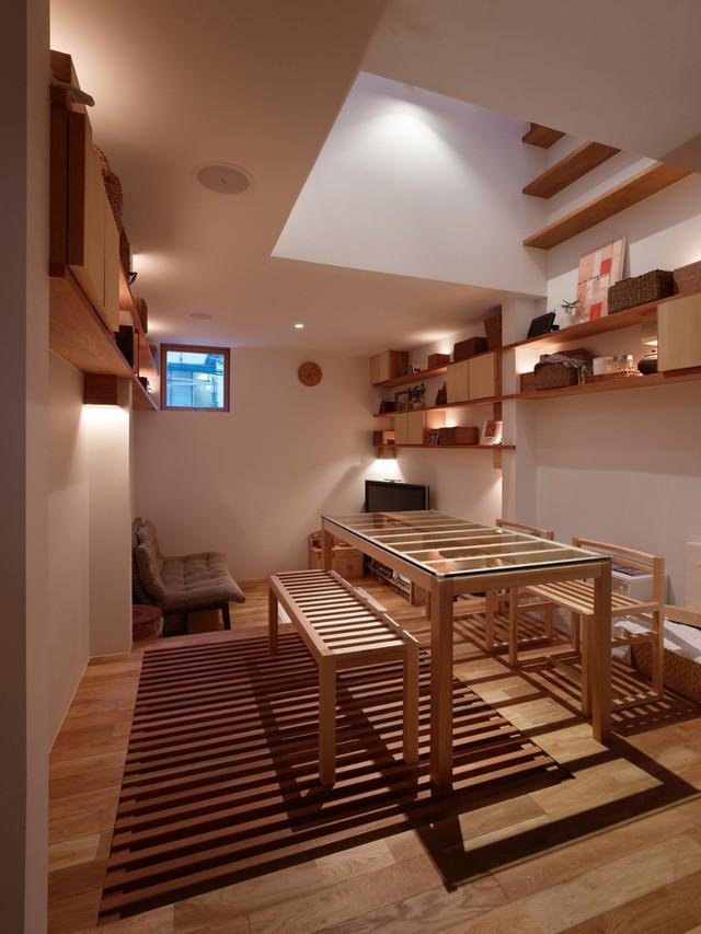 Phần bàn ăn được đưa lên cao, song song với đó là một ngăn lưu trữ âm sàn lớn để cất gọn bàn ghế và đồ dùng khác nếu cần thiết.