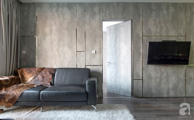 Cánh cửa được mở ra, phân đôi hai phần bức tường để sang một khu vực chức năng mới. Khi đóng cửa lại, căn phòng đẹp bất ngờ với sự liền mạch của tường một cách đầy nghệ thuật.