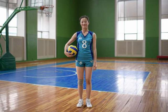 Vận động viên bóng chuyền Ri Yun-sim, 15 tuổi, chụp ảnh ngày 26/7 tại nhà thi đấu Cung Thiếu nhi ở Bình Nhưỡng. Cung Thiếu nhi là một khu tổ hợp, nơi trẻ em ở thủ đô Bình Nhưỡng tham gia các hoạt động ngoài giờ học bao gồm: thể thao, nghệ thuật và các sự kiện khoa học.