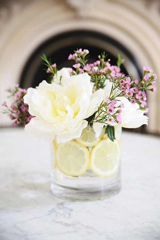 Với những chiếc lọ cắm có quả bên dưới, lựa chọn lọ thủy tinh hoặc nhựa trong suốt rất thông minh, giúp tôn thêm vẻ đẹp bắt mắt cho lọ hoa.