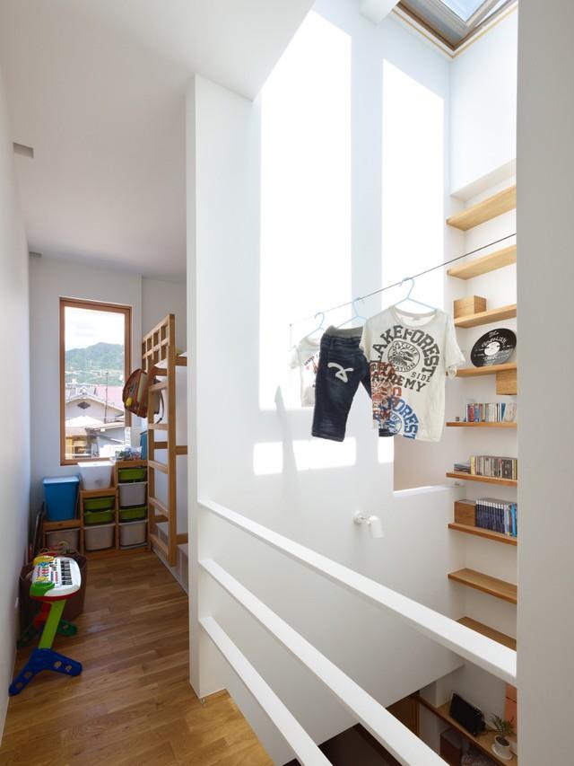 Các hệ kệ thiết kế thông minh cùng cách lưu trữ gọn gàng chuẩn Nhật giúp ngôi nhà thêm gọn gàng.