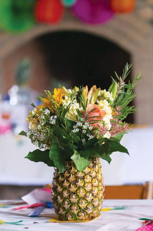 Sử dụng dứa làm lọ cắm hoa cũng là ý tưởng không tồi chút nào, hoa vừa đẹp vừa thơm đến bất ngờ.