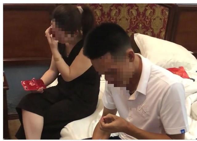 """Một CSGT ở Thanh Hóa vào nhà nghỉ để """"tư vấn ly hôn"""" cho vợ người khác (ảnh trích từ clip của người tố cáo)."""