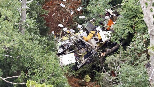 Ảnh chụp từ trên không cho thấy xác trực thăng bị rơi ở tỉnh Gunman sáng 10/8. Ảnh: THX