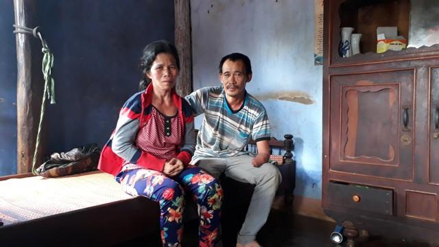 Vợ bị tật và con thơ nên ngoài giờ làm, ông Hồng còn phải lo cho gia đình nhỏ của mình. Ảnh: Đức Huy