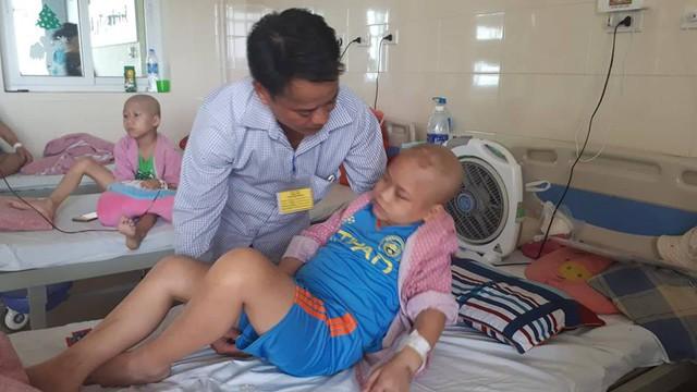 Việc điều trị của bé Đạt còn dài rất cần sự hỗ trợ của bạn đọc. Ảnh PT