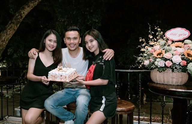 Cựu thành viên Quả Dưa Hấu bên hai con gái Linh Nhi (trái) và Ngân Hà (phải) trong ngày anh tròn 40 tuổi.