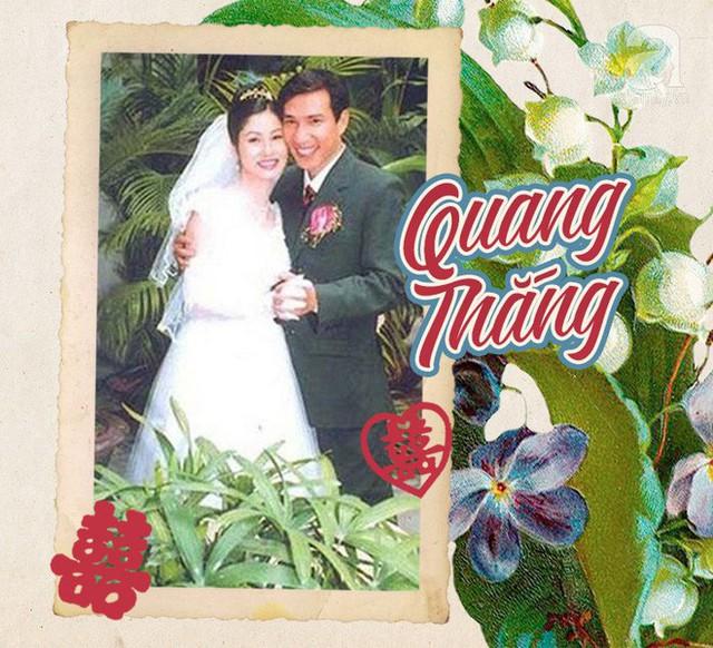 Nghệ sĩ hài Quang Thắng mỉm cười hạnh phúc nắm tay vợ trong ngày cưới diễn ra vào thập niên 90. Cô dâu của Quang Thắng dịu dàng, duyên dáng trong thời trang áo cưới cùng cách làm tóc kiểu Hoa hậu rất phổ biến lúc bấy giờ.