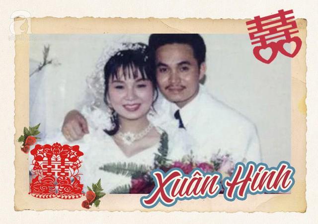 Bức ảnh cưới mộc mạc, chân phương của nghệ sĩ hài Xuân Hinh năm 1990. Xuân Hinh từng chia sẻ, lúc đó anh rất nghèo trong khi bà xã lại xuất thân trong gia đình có điều kiện hơn.