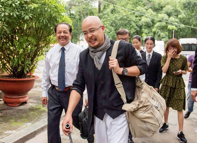 Ông Vũ vui vẻ, tươi cười rời TAND TP.HCM sau buổi hòa giải ly hôn với vợ.