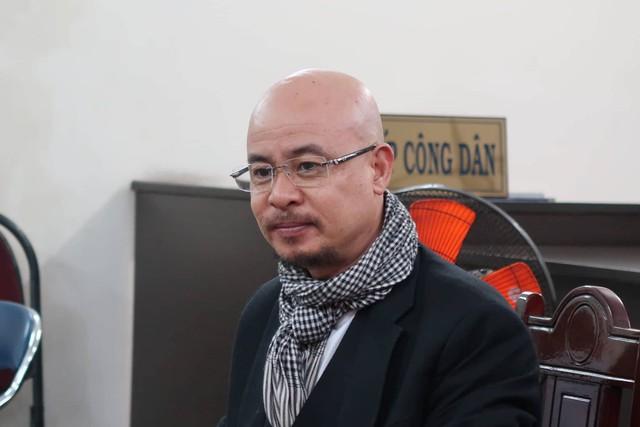Ông Vũ tươi tỉnh xuất hiện ở phiên hòa giải cuối cùng về ly hôn với bà Thảo.