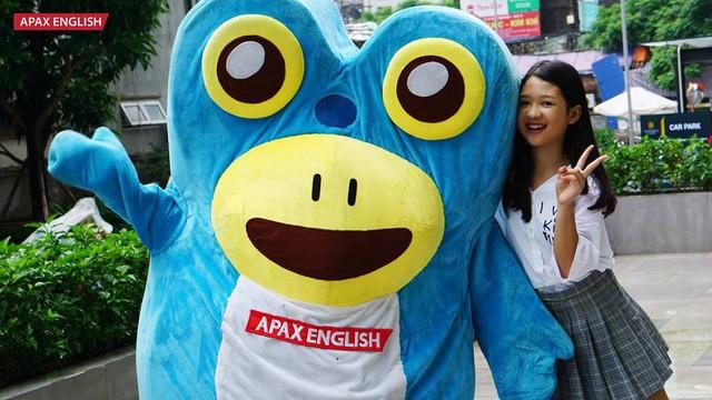 Quán quân The Voice Kids 2017 Dương Ngọc Ánh lần đầu trải nghiệm vai trò MC trong chương trình của Apax English.
