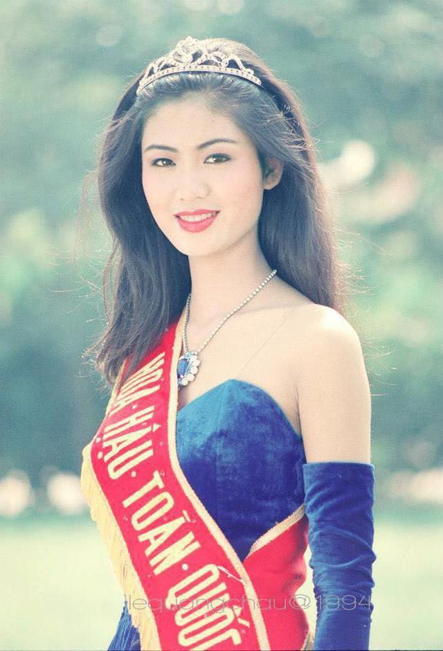 Nhan sắc của Hoa hậu Thu Thủy năm 18 tuổi. Dù rất xinh đẹp nhưng có thể thấy khung hàm của cô hơi bạnh, các đường nét cũng chưa thực sự thanh thoát.