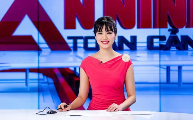 Với gương mặt thon gọn hiện tại, Hoa hậu Việt Nam 2014 không ngần ngại thừa nhận: Tôi dao kéo rồi, cũng phải có can thiệp chứ vì đã ngoài 40 tuổi.