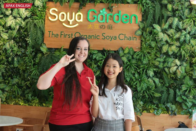 Không chỉ được thưởng thức đồ uống ngon, cô bé còn được học các từ vựng tiếng Anh từ giáo viên bản ngữ qua chương trình.