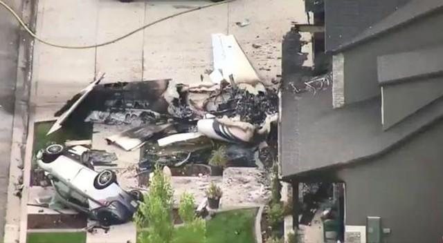 Chiếc máy bay bị thiêu rụi gần hết ở sân trước ngôi nhà sáng 13/8. Ảnh: Twitter.