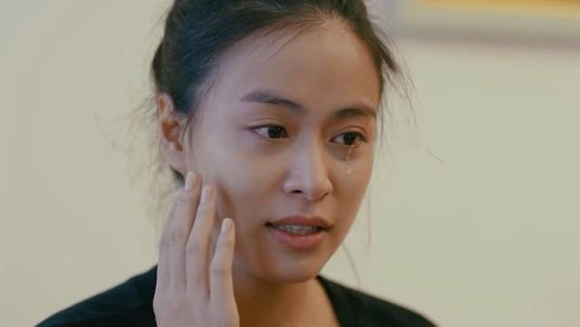 Sau 11 năm, Hoàng Thùy Linh mới trở lại trên màn ảnh nhỏ trong một vai diễn nhỏ trong Ngày ấy mình đã yêu. Tuy chỉ là một vai khách mời nhưng hình ảnh nữ diễn viên với gương mặt mộc và giọt nước mắt lăn dài trên má khiến khán giả rất ấn tượng.